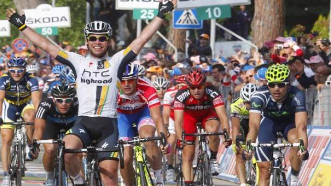 Cavendish celebra el triunfo al sprint, con Ventoso a su derecha.