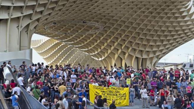 Distintos grupos sociales han protagonizado una concentración en la plaza de La Encarnación de Sevilla en señal de apoyo a la plataforma Democracia Real Ya.