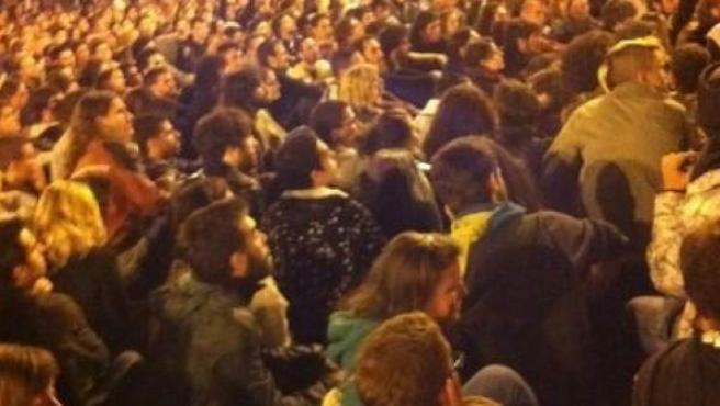 Mil personas participan en una asamblea de madrugada en la Puerta del Sol, dentro del movimiento 15-M.