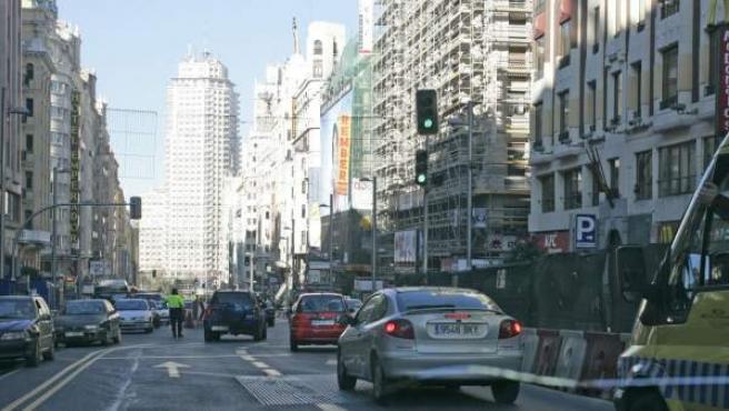 Imagen de archivo de coches circulando por la Gran Vía.