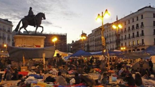 Cientos de personas amanecían este miércoles en la madrileña Puerta del Sol.