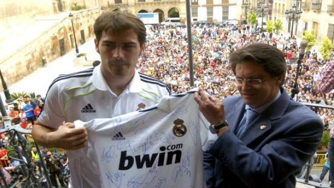 El guardameta y capitán del Real Madrid, Iker Casillas (i), junto al alcalde de Lorca, Francisco Jódar.
