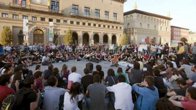 Varios centenares de jóvenes han apoyado la propuesta de acampar en la plaza del Pilar de Zaragoza en apoyo de la plataforma Democracia Real Ya.