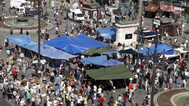Decenas de personas han permanecido este miércoles de acampada en la Puerta del Sol.