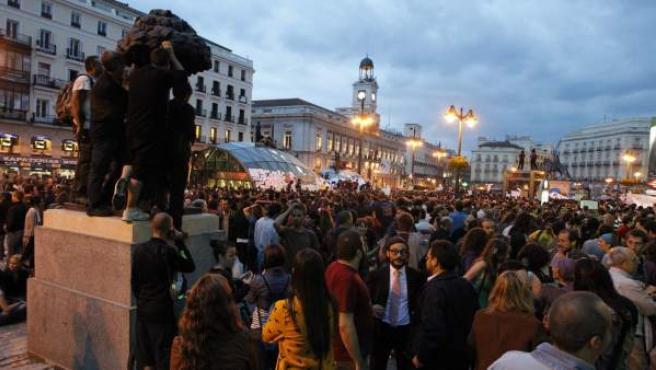 Miles de personas seguían, ya de noche, concentrados este miércoles en la Puerta del Sol.