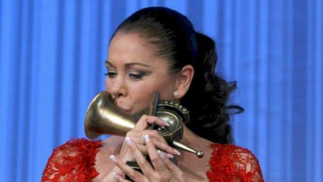 La tonadillera Isabel Pantoja tras recibir el Premio de Honor durante la gala de los XV Premios de la Música.