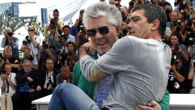 Pedro Almodovar posa con Antonio Banderas en brazos durante el 'photocall' de ''La piel que habito' en Cannes.