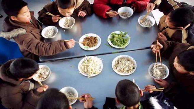 Niños comiendo en un orfanato en China.