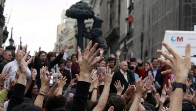 Los manifestantes reunidos en la Puerta del Sol, durante una de sus asambleas.