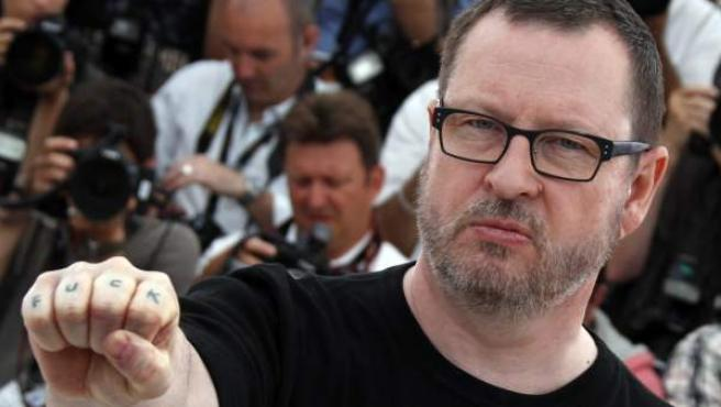 Lars Von Trier, en Cannes, luciendo un tatuaje en sus dedos en el que se puede leer la palabra Fuck (joder).