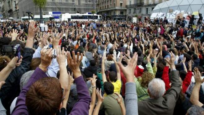 La Puerta del Sol de Madrid continúa invadida por centenares de personas, desafiando la prohibición oficial de concentrarse a falta de tres días para las elecciones regionales y municipales del próximo domingo.