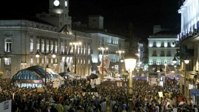 Miles de personas siguen concentradas en la madrileña Puerta del Sol en apoyo a la acampada promovida por el Movimiento 'Toma la plaza'.