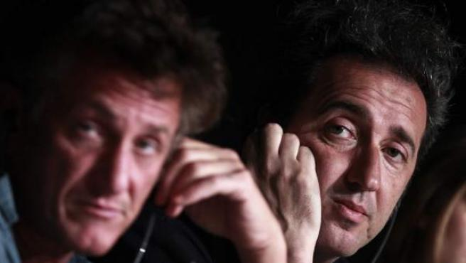 Sorrentino y Sean Penn atienden a la prensa.