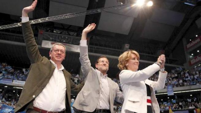 Mariano Rajoy, Esperanza Aguirre y Alberto Ruiz-Gallardón, durante el acto de cierre de campaña que los populares en el Palacio de los Deportes de Madrid.