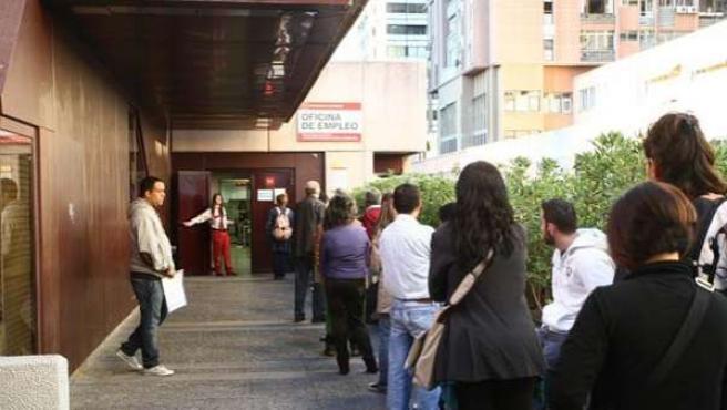 Imagen de archivo de una cola de gente frente a una oficina de empleo.