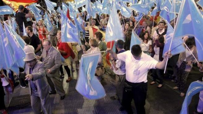 Simpatizantes populares celebran los resultados cosechados por el PP en la elecciones municipales y autonómicas, en la sede del partido de la calle Génova de Madrid.