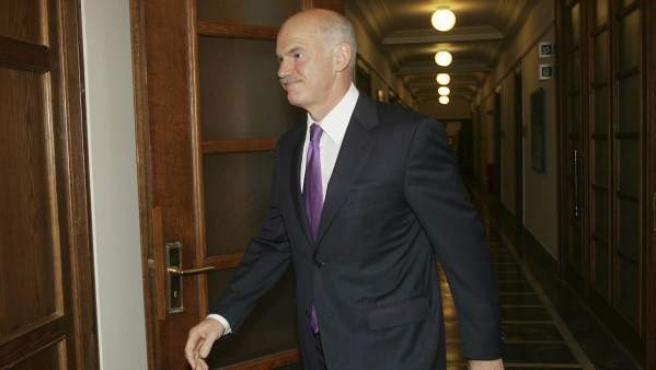 El primer ministro griego Yorgos Papandreu a su llegada a la reunión del Consejo de Ministros en el Parlamento Griego en Atenas (Grecia).