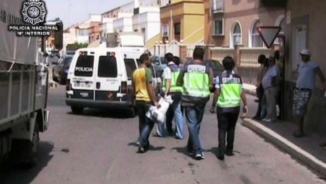 Agentes Durante Los Registros Domiciliarios A La Red De Prostitución
