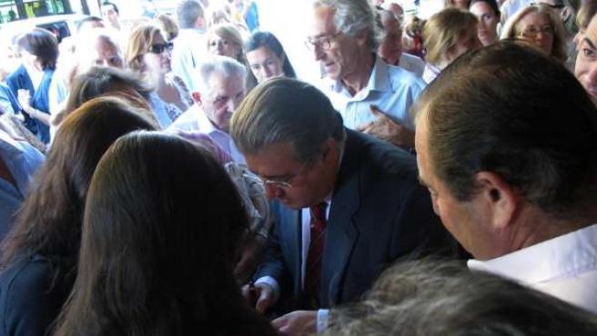 El Alcalde Electo, Juan Ignacio Zoido, Firmando Libros En Reina Mercedes
