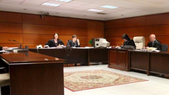 Imagen de archivo del interior de un juzgado bilbaíno presidido por una jueza.