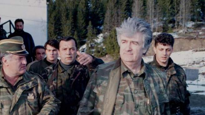 Ratko Mladic (izquierda) camina junto al líder serbio Radovan Karadzic en una imagen de 1995.