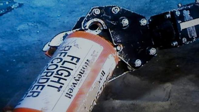 Imagen cedidapor la Oficina de Investigación y Análisis BEA que muestra el descubrimiento de una de las cajas negras del vuelo Río de Janeiro-París que se estrelló en junio de 2009 con 228 personas a bordo.