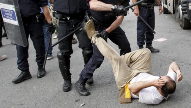 Los Mossos d'Esquadra desalojan a los 'indignados' acampados en la plaza de Cataluña de Barcelona.