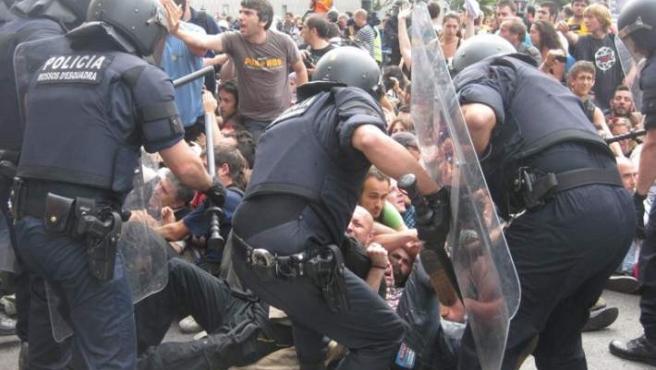Los Mossos d'Esquadra han cargado contra los acampados que se negaban a abandonar la plaza.