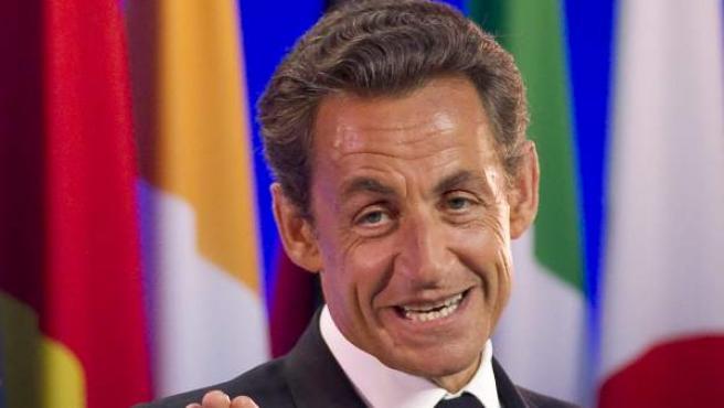 El presidente francés, Nicolas Sarkozy, saliendo de la última rueda de prensa de la cumbre del G8, en Deauville, Francia.