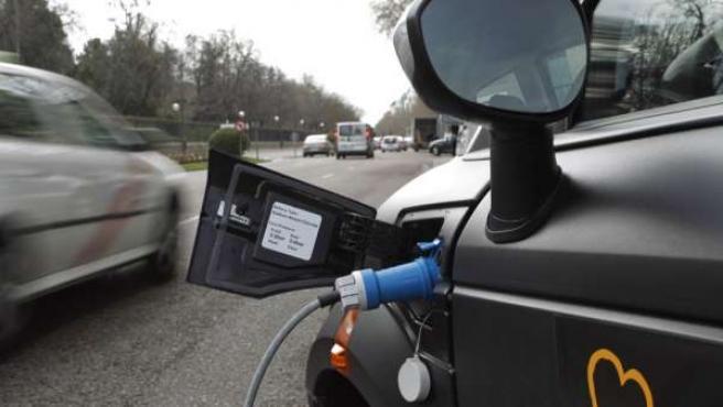 Un coche eléctrico, recargando la batería.
