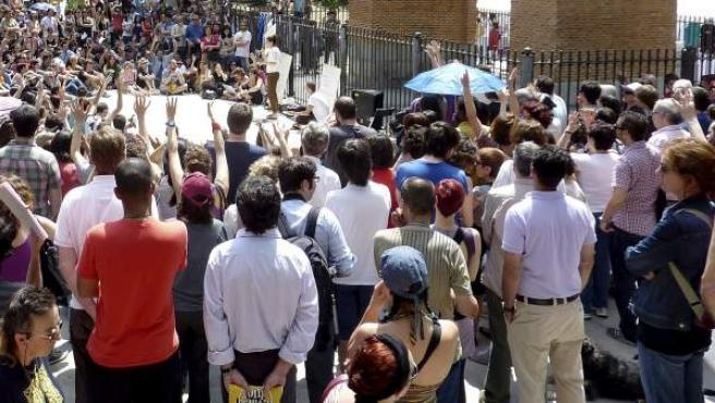 La Plaza Dos de Mayo, en el distrito madrileño de Chamberí, registró una gran afluencia de público en la asamblea convocada por el movimiento 15-M.