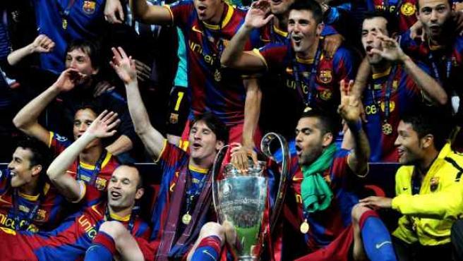 Los jugadores del Barcelona celebran con la Copa su victoria en la Champions League.