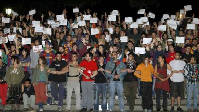 Los 'indignados' acampados en la Plaza de Cataluña establecieron varios cordones humanos para impedir así que les afectaran los incidentes en el centro de Barcelona tras la celebración de la victoria del Barça en la Champions.