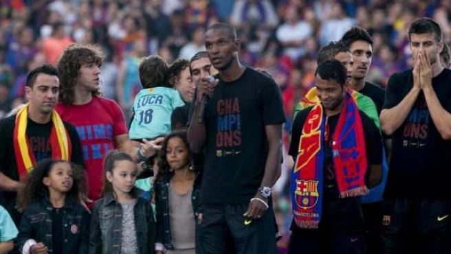 Eric Abidal hablando al público en el Camp Nou en la celebración de la Champions del Barça.