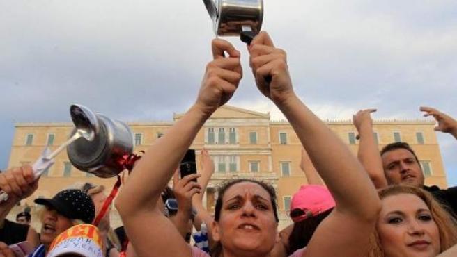 Cacerolada de protesta durante la manifestación de miles de indignados griegos en la plaza Sintagma, en Atenas.