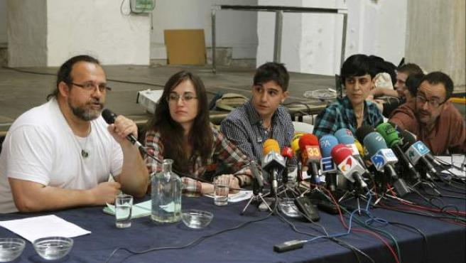 De izquierda a derecha, Paco López, Olga Mikailova, Iván Olmedo, Aida Sánchez, y Chema Ruiz, integrantes del colectivo Democracia Real Ya, durante la rueda de prensa que ofrecieron en Madrid para valorar esta iniciativa y anunciar futuras actuaciones.