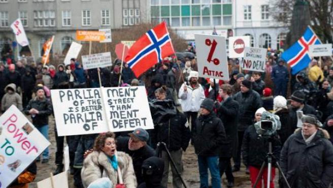 Vista general de una protesta celebrada a las puertas del parlamento en Reykjavik.