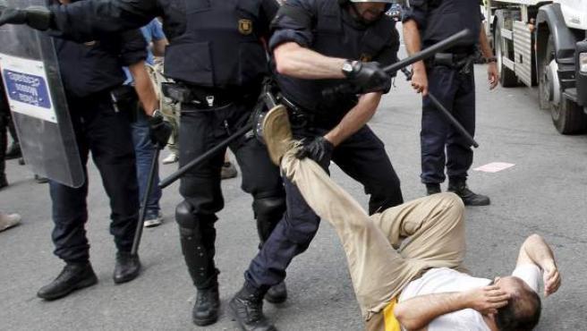 Los Mossos d'Esquadra cargaron con porras y balas de goma contra el grupo de personas que intentaba impedir, de forma pacífica, el desalojo de plaza Cataluña.