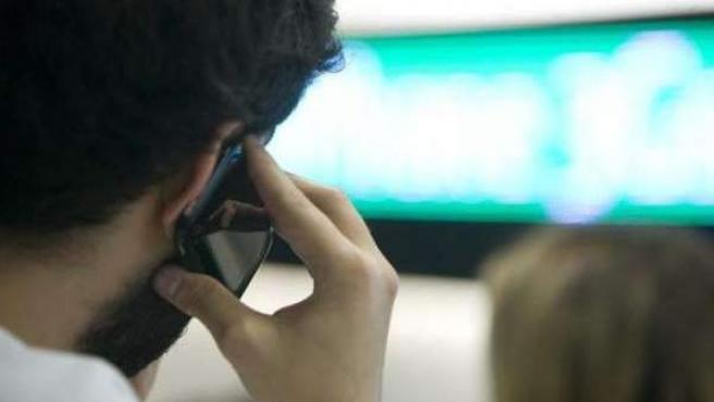 Un joven habla por su teléfono móvil.