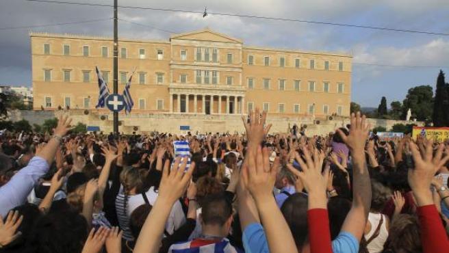 Miles de ciudadanos griegos se manifiestan contra las medidas de austeridad del Gobierno.