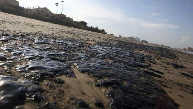 Restos de alquitrán en la arena de la playa del Rinconcillo en Algeciras (Cádiz) tras el incendio de unos tanques en Gibraltar.