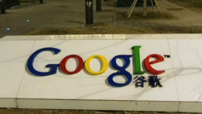 Logotipo de Google situado en el exterior de las oficinas de la compañía en Beijing.