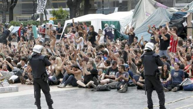 Los Mossos d'Esquadra durante el desalojo de la plaza de Cataluña de Barcelona.