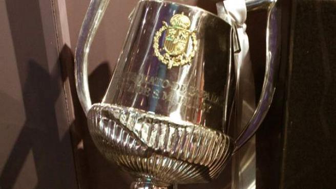 La Copa del Rey rota tras caérsele a Sergio Ramos se exhibe ahora en la RFEF.