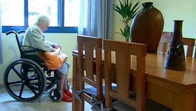 Una enferma de alzhéimer, en silla de ruedas.