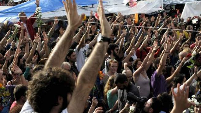 Cientos de personas se manifiestan en la madrileña Puerta del Sol.