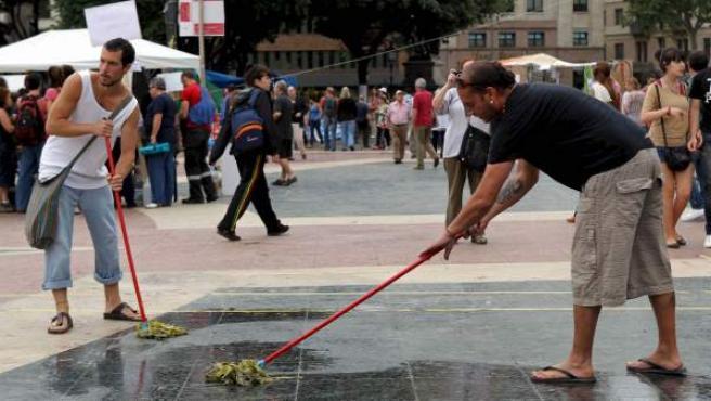 Voluntarios de la acampada de Barcelona, del movimiento 15-M, limpian y acondicionan Plaza Cataluña.