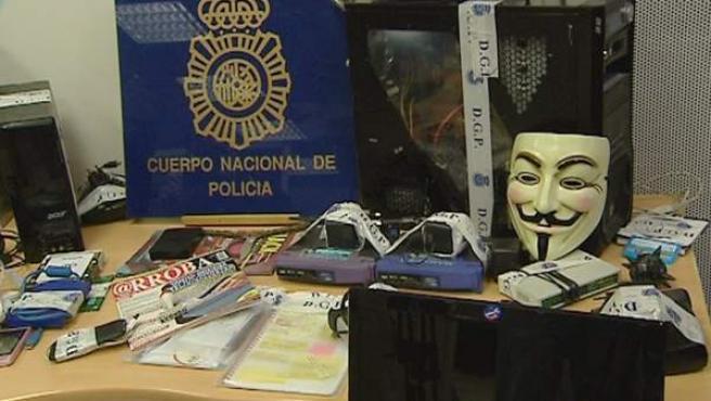 Imágenes de la careta, equipos informáticos y demás material inacautado en la operación policial llevada a cabo en varias provincias de España en la que se ha sido desarticulada la 'cúpula' de piratas informáticos de 'Anonymous'.