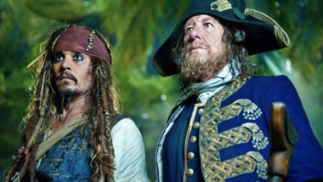 Johnny Depp y Geoffrey Rush en 'Piratas del Caribe: En mareas misteriosas'.