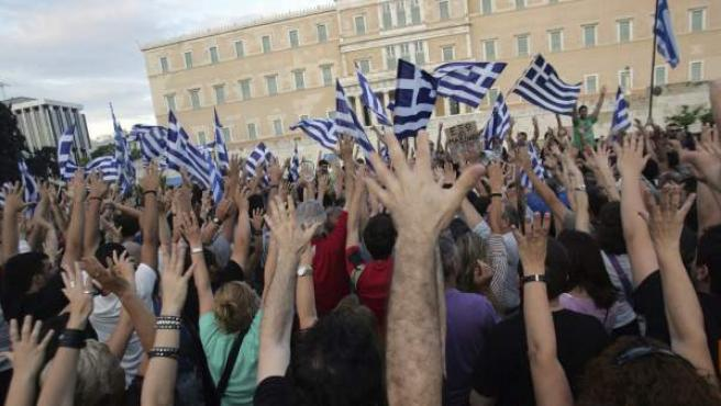 Ciudadanos griegos protestan en la plaza Sintagma de Atenas (Grecia) contra el Gobierno del país.